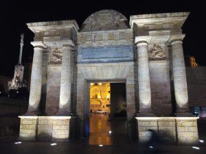 Geobioogía, Arco del triunfo en la entrada a la ciudad a las puertas del Gualquivir, por Joan Carles López