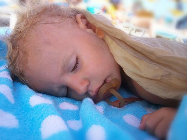 Niño pequeño durmiendo placidamente