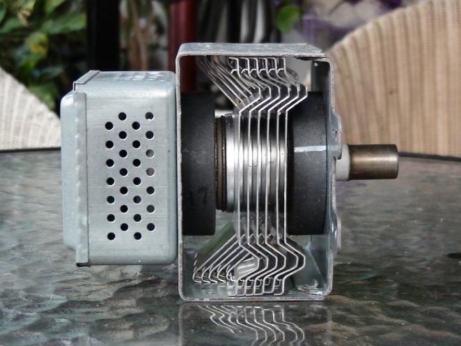 Magnetrón la pieza del microondas, que produce radiofrecuencias las mismas que el wifi