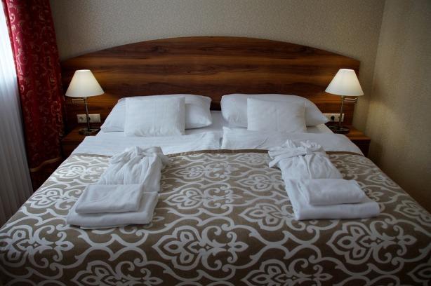 Cabecero de la cama con mucho campo eléctrico por Joan Carles López