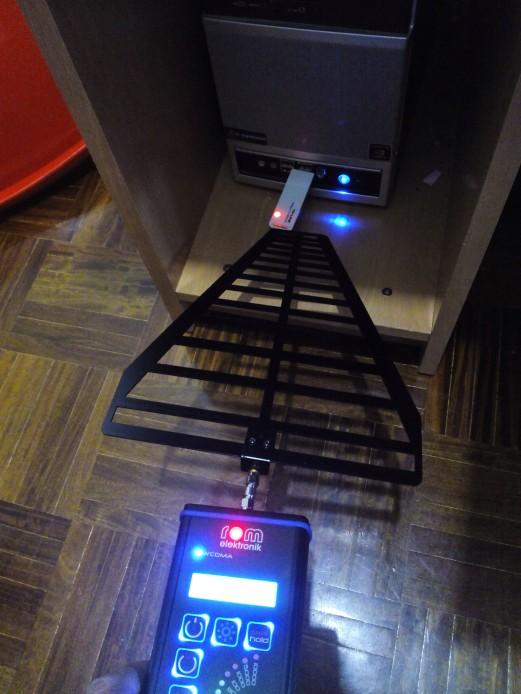 Antena repetidora wifi emitiendo nivels máximos de radiaciones