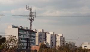 Antena muy cerca de viviendas y edificios San Pedro de Cholula México
