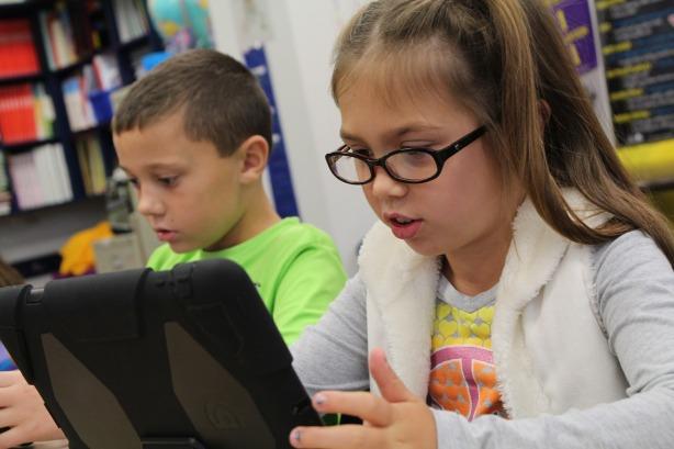 Niños con tablets wifi