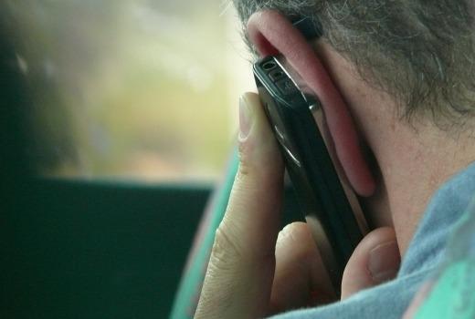 El teléfono pegado en la oreja, por Joan Carles López
