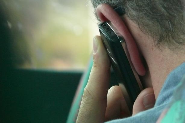 El teléfono pegado en la oreja