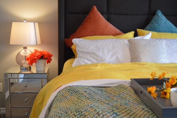 Los campos eléctricos en el cabecero de la cama, mesita de noche, luces, despertadores cableado y cargadores, principales problemas por Joan Carles >López