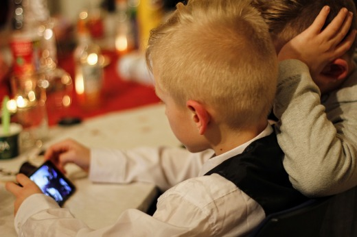 Niños utilizando un smartphone