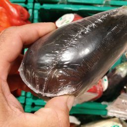 Berenjena ecológica envuelta en plástico unitariamente, Por Joan Carles López