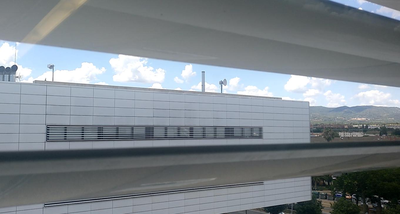Antena camuflada en un tubo imitando a una chimenea, encima de la planta de enfermos de un hospital por Gigahertz