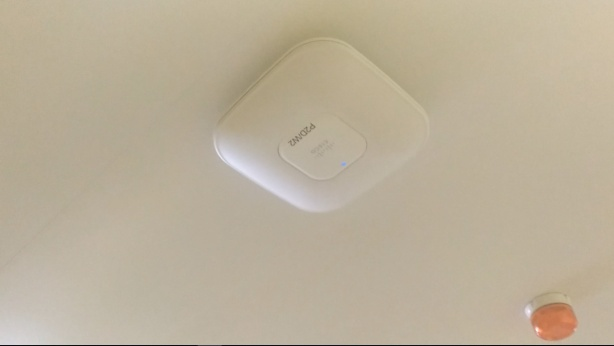 Antena repetidora wifi en el techo de un hospital, por Joan carles Lopez