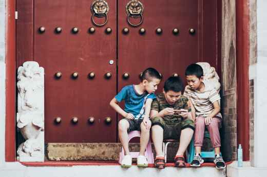 Niños utilizando el celular sin premisa saludable, por Joan carles lópez