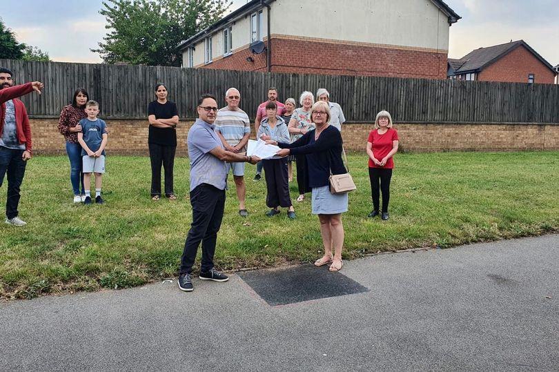 El residente Manoj Prakash y la Concejal Diane Coughlan con otros residentes y una petición contra un mástil 5G en Clarkes Lane.